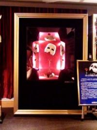 劇団四季公演「オペラ座の怪人」 2008年夏@大阪四季劇場の入り口前 左