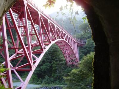 トンネルから見た新山彦橋