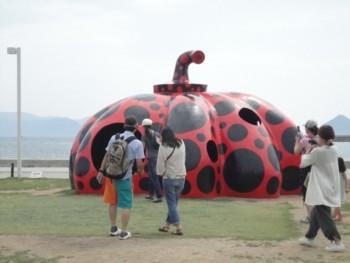 2010年8月1日 直島 草間彌生作「赤かぼちゃ」