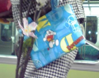 2010年4月1日のJR浜松町駅 小便小僧の手提げ袋
