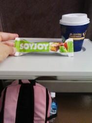 新幹線内にてコーヒーとお菓子