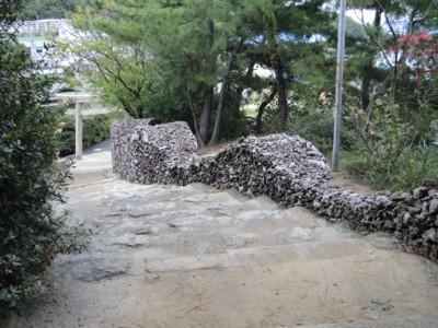 アーティスト、ジェームズ・ダーリング&レスリー・フォーウッドの作品「ウォールワーク5 カモ島からカモ神社へ」1